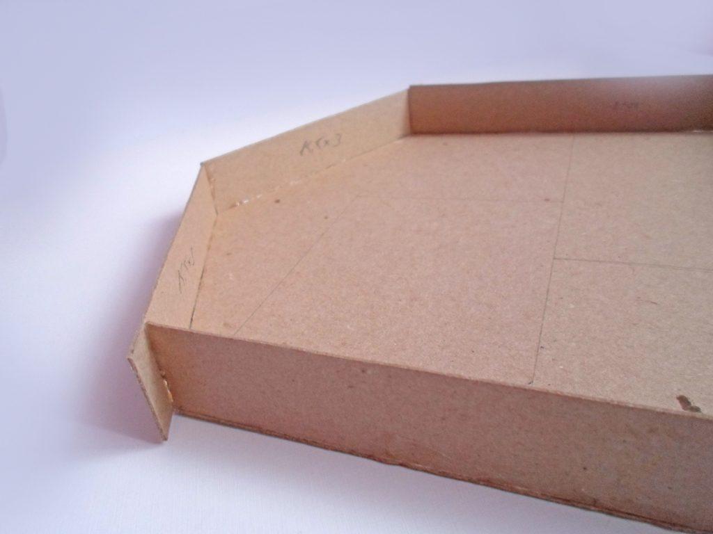 Приклеивание деталей крыши и перегородок