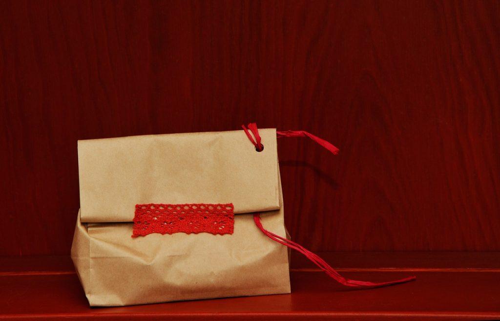 крафт-пакет украшенный кружевом