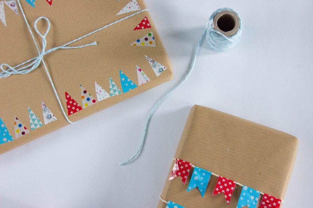 упаковка подарка в крафт-бумагу