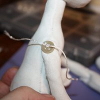 Шарнирное крепление рук текстильной куклы