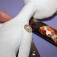 Руки куклы закреплены на нитяной шарнир
