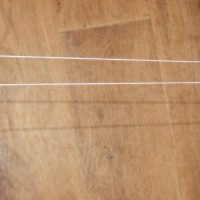 Накидываем нитку на спинку стула