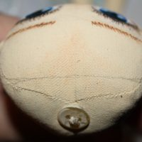 Карандашом отмечаем линию роста волос у куклы