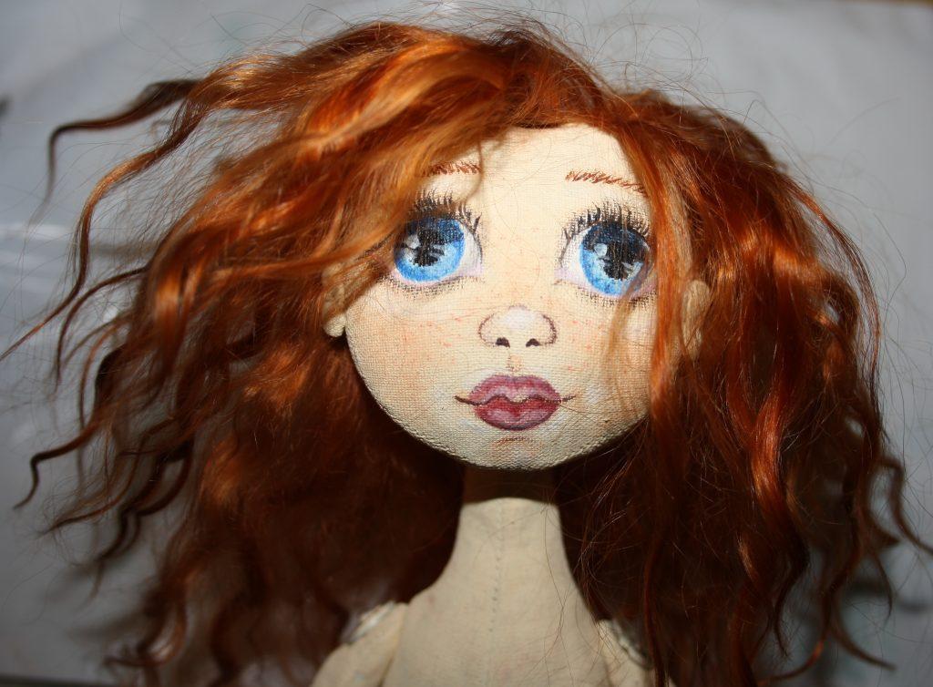 Готовая прическа текстильной куклы