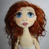 Уложенные с водой кукольные волосы